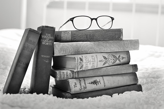 pila di libri, libri d'epoca, libro